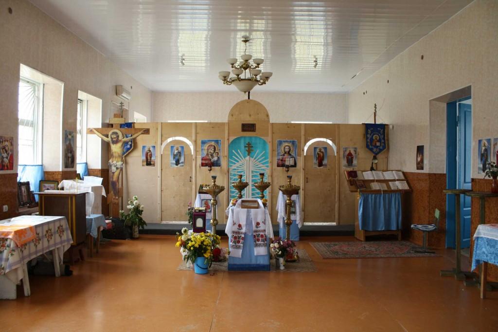 (51)Внутренний вид храма с временным деревянным иконостасом. 2009 год.